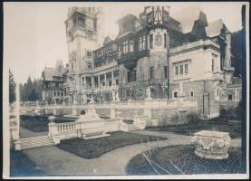 cca 1910-1930 Sinaia, a Peleş-kastély, fotó, hátulján feliratozva, pecséttel jelzett, 13×18 cm