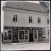 cca 1930-1940 Budai vár, Úri utca-Szentháromság utca sarka, Pál-Farkasdy-OTP társasház, Fűszer és Csemege üzlet, reklámtáblákkal, (a háborúban megsemmisült, majd elbontották), fotó, jelzés nélkül, az egyik sarkán törésnyommal, 40x40 cm