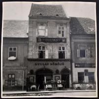 cca 1941-1942 Budai vár, Úri utca 26., Gyulay Frigyes Sörözőjével, jelzés nélkül, fotó, jelzés nélkül, a ház a Vár ostromakor megsemmisült, kis lyukkal, 39x39 cm