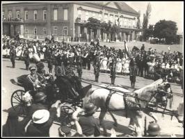 1937 Schäffer Gyula (1902-1939): Budapest, Szent György tér, III. Viktor Emánuel (1869-1947) olasz király kíséretének tagjai, ünneplő tömeg és katonák díszsorfala között a budavári királyi palotába hajtanak,1937. május 19., a hintóban: Giuseppe Mario Asinari Rossillon di Bernezzo (1874-1943) tábornok, III. Viktor Emánuel főhadsegéd je és vitéz Keresztes-Fischer Lajos (1884-1948) tábornok, a kormányzó katonai iroda főnöke, a háttérben a Sándor-palota, fotó, a hátoldalon pecséttel jelzett, 29x39 cm