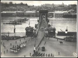 1937 Budapest, III. Viktor Emánuel (1869-1947) olasz király kíséretének tagjai, ünneplő tömeg és katonák díszsorfala között, hadihajók dunai felvonulása mellett áthajtanak a Lánchídon a budavári királyi palotába, 1937. május 19., Foto Orely, fotó, jelzett a fotón és pecséttel a hátoldalon, törésnyommal az egyik sarkán, 29x39 cm
