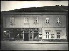 cca 1941-1942 Kozelka Tivadar (1885-1980): Budai vár, Úri utca 30., Pál-Farkasdy-OTP társasház, Fűszer és Csemege üzlet, reklámtáblákkal, (a háborúban megsemmisült, majd elbontották), fotó, pecséttel jelzett, az egyik sarkán törésnyommal, 29x40 cm