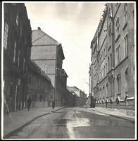 cca 1930-1940 Budai vár, Országház utca részlete (8-10-12-14.), rajta a Csáky-Szebeny-(8.), Mócsy- (10.), Pauer- (12.), Ferenczy-ház (14.) épületeivel, valamint a Pénzügyminisztérium épületének Országház utcai oldalának részletével, fotó, jelzés nélkül, a felületén törésnyommal, 29x29cm