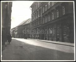 cca 1930-1940 Budai vár, Országház utca részlete (14-12.), rajta Ferenczy- (14.), és Pauer-ház (12.) épületeivel, fotó, jelzés nélkül, 25x30 cm
