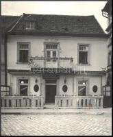 cca 1941-1942 Kozelka Tivadar (1885-1980): Budai vár, Tárnok utca 20., Hackl-Petőcz-ház, rajta: Kutzik Lajos Söröző-Vendéglőjével, fotó, pecséttel jelzett, 28x23 cm