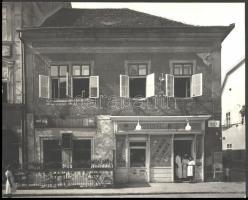 cca 1930-1940 Kozelka Tivadar (1885-1980): Budai vár, Úri utca 28., Horváth-Füti társasház, rajta: Községi Élelmiszer üzletével, és a Gyulay Frigyes Söröző-Éttermének részletével (Úri utca 26.),(háborúban megsemmisült), fotó, pecséttel jelzett, 23x29 cm