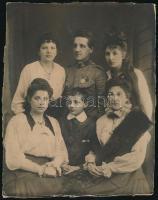 1917 Fiatal tiszt családjával, fotó, hátulján feliratozva, 21,5×17 cm