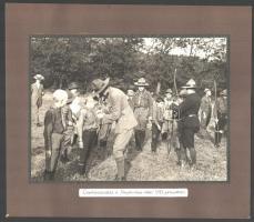 1915 Cserkészavatás és csapatszemle a Nagykovácsi-réten 1915. júniusában, 2 db kartonra ragasztott fotó, 16×22 cm