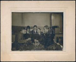 1930 Sakkozó diákok egy kollégiumban, kartonra kasírozott fotó, jó állapotban, 9×12 cm