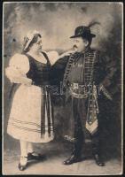 cca 1890-1900 Amerikába emigrált magyar házaspár népviseletben, New Yorkban, hátoldalon feliratozott fotó, kartonon, 14×10 cm