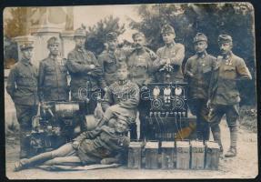 1917 Szlanikfürdő (Erdély), Csoportkép rádiósokról, aggregátorral, akkumulátorokkal, hátoldalon feliratozott fotó, 8×11,5 cm