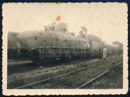 1939 Páncélvonat a királyházi állomáson a bevonulás előtt, hátoldalon feliratozott fotó, 6×8 cm