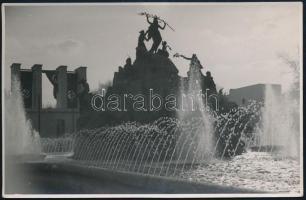 1941 Budapest, a Nemzetközi Vásáron együtt a horogkereszt és a vörös csillag a német és szovjet pavilonon a Városligetben, fotólap, 8,5×13 cm
