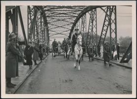 1938 Horthy Miklós (1868-1957) kormányzó bevonulása Komáromba, fotó, 13x18cm