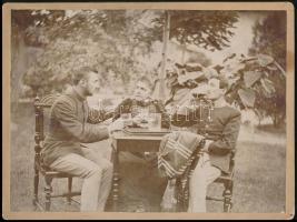1894 Az 52. tüzérezred két katonája, sörivók 25x18 cm