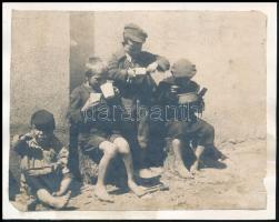 cca 1920 Szegény gyerekek esznek. Felkasírozott fotó 13x11 cm