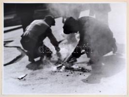 Bocsor Pál: Útjavítók, jelzetlen fotó, kartonra ragasztva, 18×23 cm