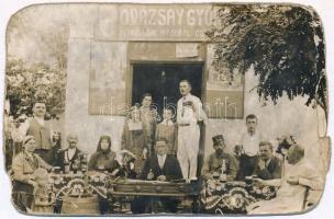 Ismeretlen magyar település, Povázsay György vendéglője, terasz italozó vendégekkel és cimbalmossal. photo (b)