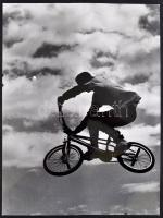 Vincze János (1922-1998): Ugrás, jelzetlen fotóművészeti alkotás, hátoldalon feliratozva, 40×30 cm