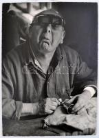 1967 Jónás László: Sértődés, hátoldalon feliratozott, kartonra ragasztott fotóművészeti alkotás, 38×28 cm