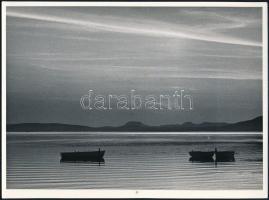 1958 Ketten és egyedül, jelzetlen, feliratozott fotóművészeti alkotás, 17,5×23,5 cm