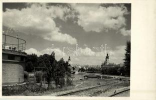 1939 Győr, látkép a Rába part mellől vasúti sínekkel, templomok