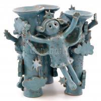 Csavlek Etelka (1947-): Angyalkás gyertyatartó. Festett mázas kerámia, jelzett, mázkopásokkal, készítéskori tűzrepedéssel 17×16×15 cm