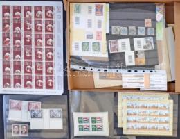 Modern vonalkódos bélyegek, bélyegfüzetek, ívek, üres mezős bélyegek, érdekességek, néhány bélyegzett klasszikus bélyeg. Érdekes, magas katalógus árú / névértékű anyag berakólapokon, dobozban. Érdemes megnézni!!