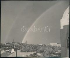 cca 1931 Kinszki Imre (1901-1945) budapesti fotóművész jelzés nélküli vintage fotója, az általa összeállított gyűjtőalbumból kiemelve (Szivárvány), 4,9x6 cm