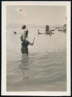 cca 1933 Kinszki Imre (1901-1945) budapesti fotóművész hagyatékából jelzés nélküli vintage fotó (Labdajáték a dunai strandon), 6x4,3 cm