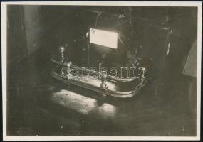 1931 március, Kinszki Imre (1901-1945) budapesti fotóművész hagyatékából jelzés nélküli, de a szerző által datált, vintage fotó (A kályha előtt), 6x8,5 cm