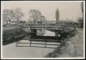 1929. április 21. Kinszki Imre (1901-1945) budapesti fotóművész hagyatékából jelzés nélküli, de a szerző által datált, vintage fotó (Zuglói kishíd, ez a szerző által számozott 147. felvétele), 5,8x8,4 cm