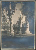 1929. október 2. Kinszki Imre (1901-1945) budapesti fotóművész hagyatékából jelzés nélküli, de a szerző által datált, vintage fotó (Budapest, Vörösmarty-szobor, ez a szerző által számozott 337. felvétele), 8,5x6,3 cm