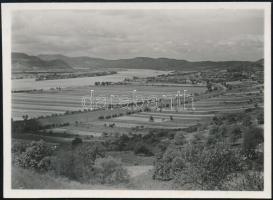 cca 1937 Kinszki Imre (1901-1945) budapesti fotóművész hagyatékából jelzés nélküli vintage fotó (Tájkép a Duna kanyarulatával), 6,3x8,7 cm