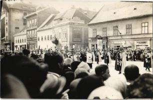 1927 Budapest, Szent István Ünnep augusztus 20-án, felvonulás az utcán, fehérnemű tisztító és tejüzem. photo (Rb)