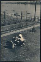 cca 1933 Kinszki Imre (1901-1945) budapesti fotóművész hagyatékából, jelzés nélküli vintage fotó (Kerti sakkparti), 12,5x8,2 cm