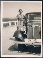 cca 1940 Automobilok, 3 db vintage negatív és 1 db vintage fotó, 24x36 mm és 5,5x4,3 cm