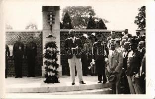 1936 Győr, Olimpiai fáklyafutás, Späth Gyula polgármester és a várakozó tömeg a maratoni futó megérkezésekor. photo (Győrben páratlan dolog történt, ugyanis addig kizárólag férfiakból állt a staféta, de Győr városában három hölgy is részt vett a futásban: Dukesz Márta teniszező, Jungi Istvánné korcsolyázó, valamint Kiss Károlyné tánctanár)