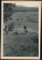 cca 1933 Kinszki Imre (1901-1945) budapesti fotóművész hagyatékából, jelzés nélküli, vintage fotó (Kinszki Imréné és Kinszki Gáborka), a szerző által készített gyűjtőalbumból kiemelve, 6x4 cm