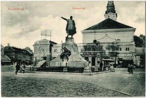 1912 Kecskemét, Kossuth tér és szobor, templom, Fuchs Samu és Gichner Jenő üzlete, csokoládé és cukorkabolt, utcai árus. Komor Gyula kiadása