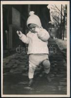 cca 1930 Kinszki Imre (1901-1945) budapesti fotóművész hagyatékából, a szerző által feliratozott, vintage fotó (Kinszki Gáborka egy éves), 18x13 cm