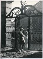 cca 1975 Gebhardt György (1910-1993) budapesti fotóművész hagyatékából, jelzés nélküli vintage fotóművészeti alkotás (Kapuban), 23,7x17,1 cm