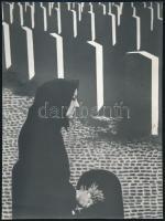 cca 1975 Gebhardt György (1910-1993) budapesti fotóművész hagyatékából, jelzés nélküli vintage fotóművészeti alkotás (Temetőben), a magyar fotográfia avantgarde korszakából, 23,6x17,6 cm