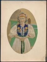 cca 1914 Szépen és aprólékosan kiszínezett vintage fotó, magyaros ruhát viselő hölgyről, 12x9 cm