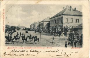 1899 Budapest XIII. József főherceg honvédhuszár (lovassági) laktanya udvara, huszárok. Divald Károly 151. sz. (EK)