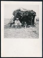1939 Kinszki Imre (1901-1945) budapesti fotóművész hagyatékából, a szerző által feliratozott vintage fotó (Magyarád, árnyékvető kiskunyhó), 8,8x6,4 cm