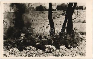 Katonák fedezékben. Szentpétery zls. haditudósító felvétele. Haditudósító Kiállítás Budapest 1943 / WWII Hungarian military, soldiers in cover