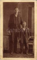 1913 A jubileumi esztendő legnagyobb és legkisebb vasasai. Lubi és Kántor szaktársak / Hungarian highest and shortest men (EK)