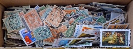 Pár ezer francia bélyeg ömlesztve kis dobozban, közte régi és újdonságok