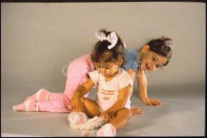 cca 1990 Bájos gyermekfotók műteremben, 13 db professzionális minőségű, vintage diapozitív felvétel, 8,5x6 cm